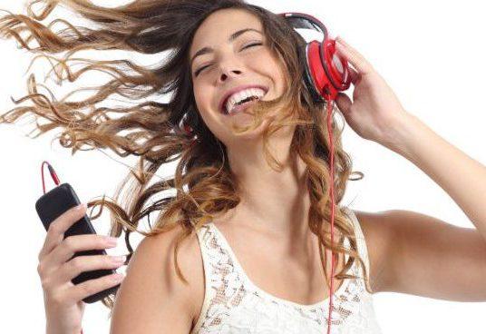 mulher-ouvindo-musica-celular-smartphone-aplicativos-fazer-musica-750x500