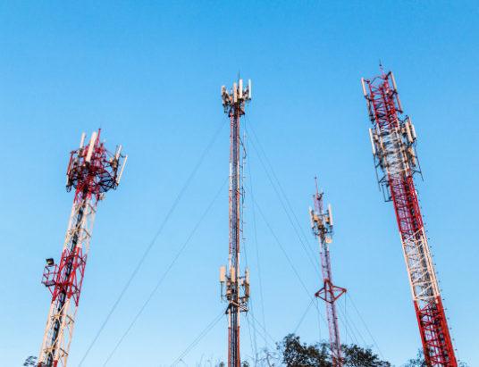torre-de-telecomunicacoes-e-antena-com-ceu-azul_4043-618